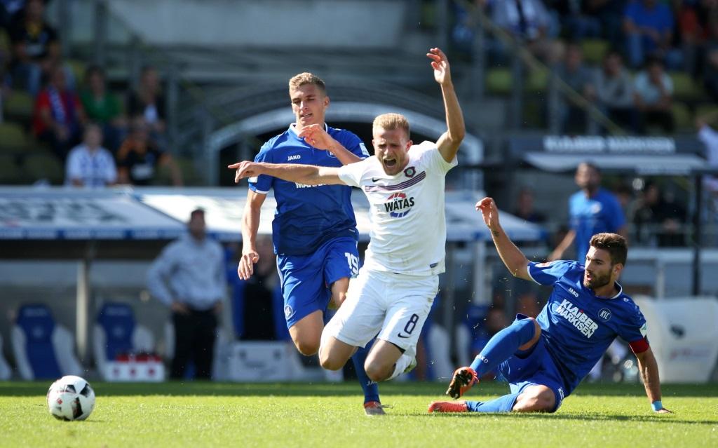Nicky Adler wird von Enrico Valentini gefoult im Spiel Karlsruher SC - Erzgebirge Aue in der Saison 2016/17