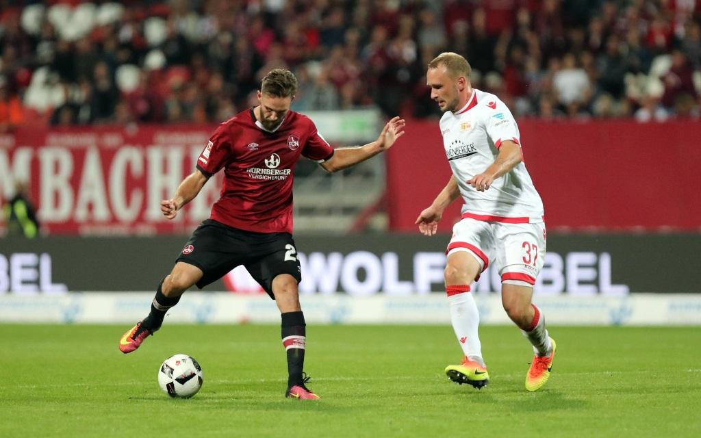 Tim Matavz (li.) im Zweikampf mit Toni Leistner im Ligaspiel 1.FC Nürnberg - Union Berlin in der Saison 2016/17.