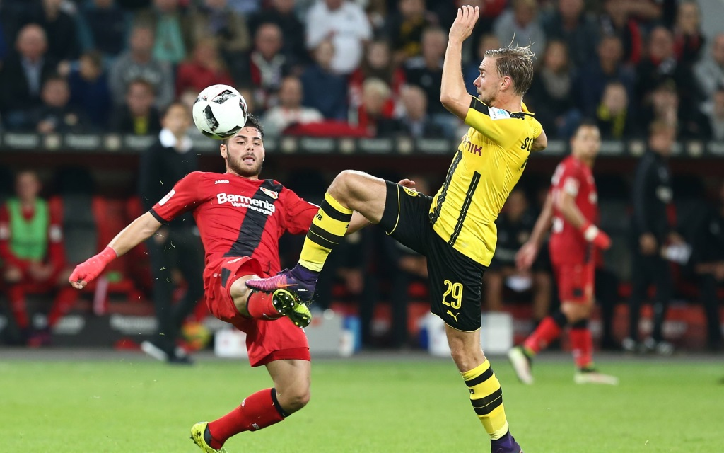 Kevin Volland (li.) im Zweikampf mit Marcel Schmelzer im Bundesligaspiel Bayer Leverkusen gegen Borussia Dortmund in der Saison 2016/17