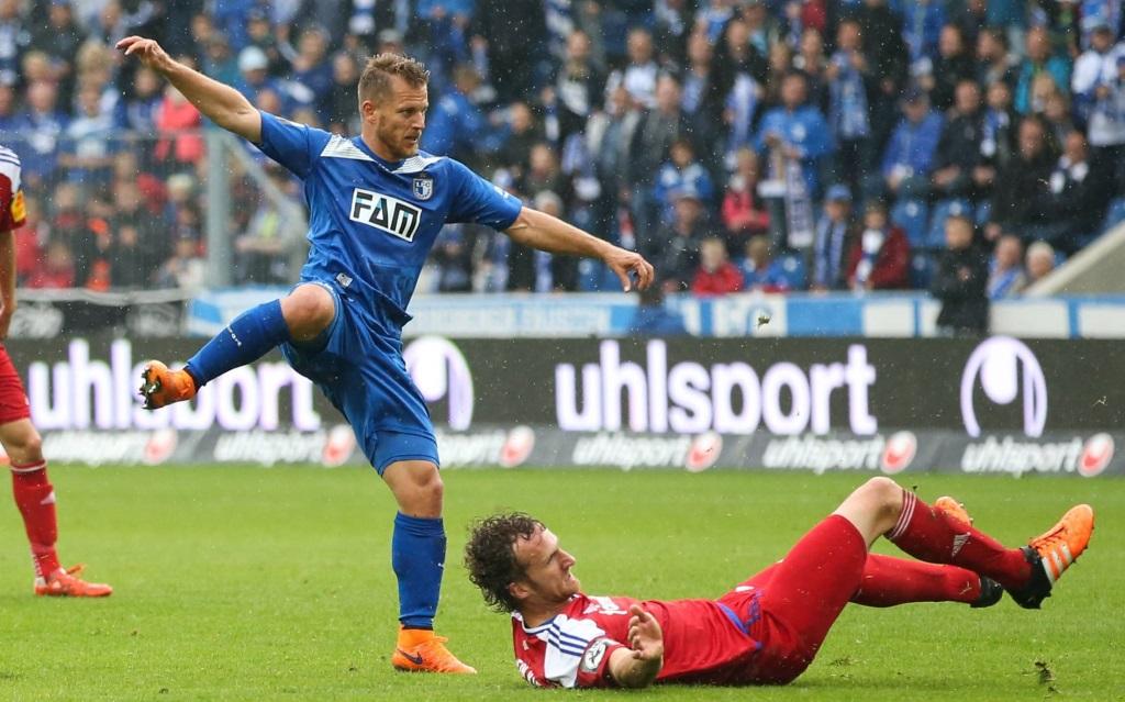 Gerrit Müller (li.) im Zweikampf mit Dominic Peitz (re.) im 3.Liga-Spiel 1.FC Magdeburg - Holstein Kiel.