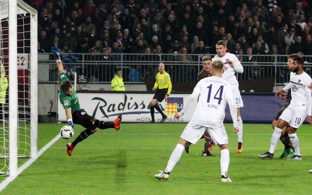 Sven Breitkreutz markiert per Kopf das 2:1 für Aue am Millerntor gegen St. Pauli in der Saison 2016/17.