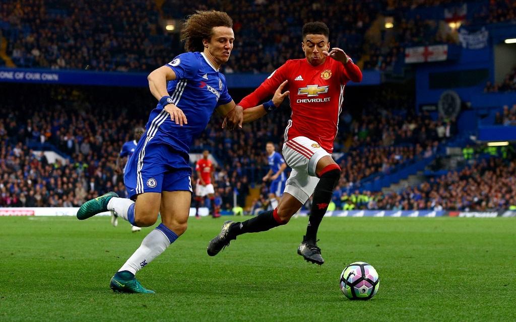 David Luiz (li.) im Zweikampf mit Jesse Lingard im Spiel Chelsea - Manchester United in der Saison 2016/17