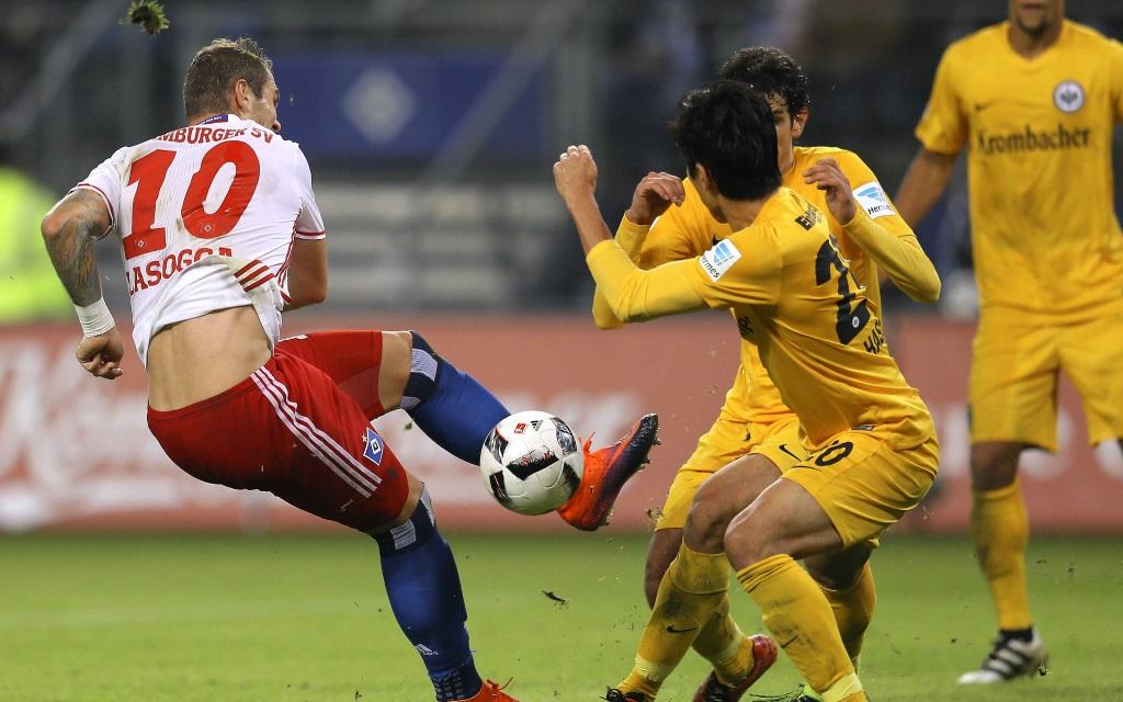Pierre-Michel Lasogga muss sich gegen zwei Frankfurter behaupten im Spiel Hamburger SV - Eintracht Frankfurt in der Saison 2016/17