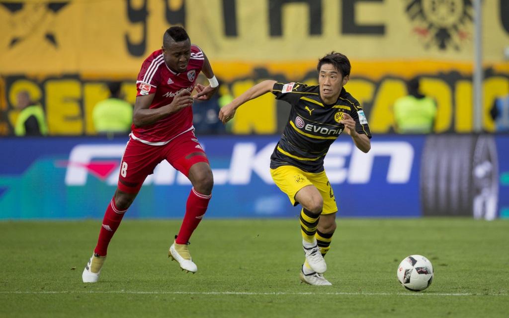 Roger (li.) im Laufduell mit Shinji Kagawa beim 3:3 zwischen Ingolstadt und Dortmund in der Saison 2016/17.