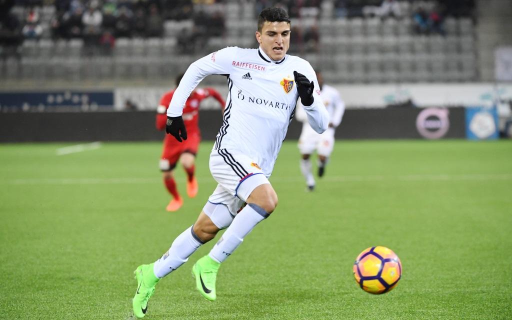 Mohamed Elyounoussi dribbelt mit dem Ball im Spiel FC Thun gegen FC Basel in der Super League Saison 2016/17