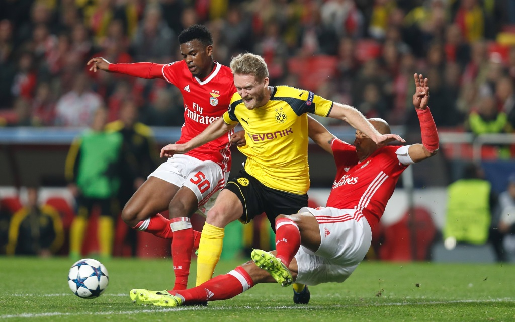 Andre Schürrle von Nelson Semedo und Luisao in die Zange genommen beim Champions-League-Spiel Benfica - Borussia Dortmund in der Saison 2016/17
