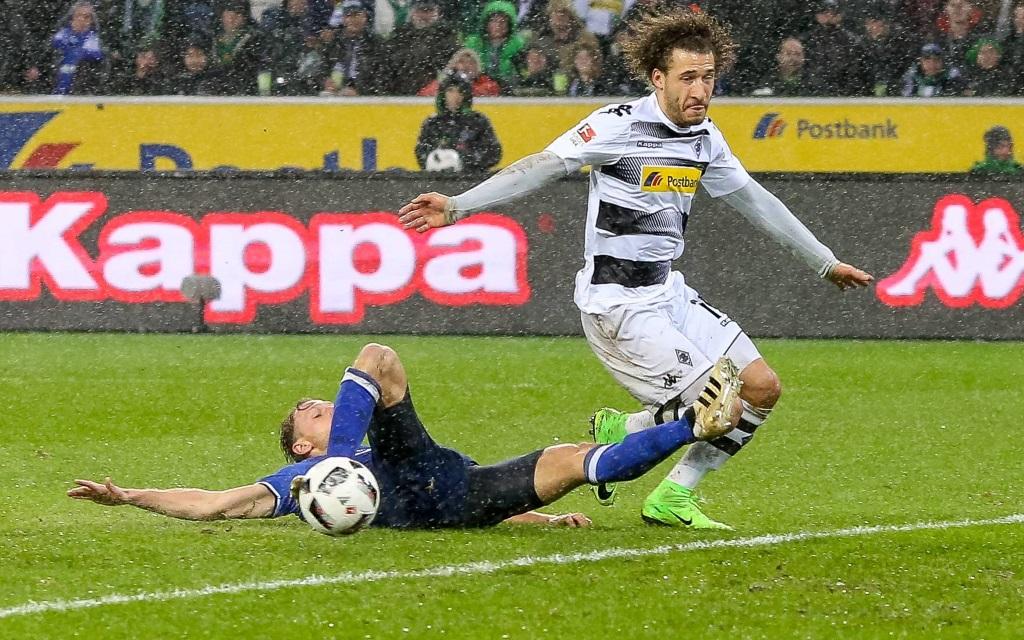 Fabian Johnson lässt Benedikt Höwedes hinter sich im Ligaspiel Borussia Mönchengladbach - FC Schalke in der Siason 2016/17