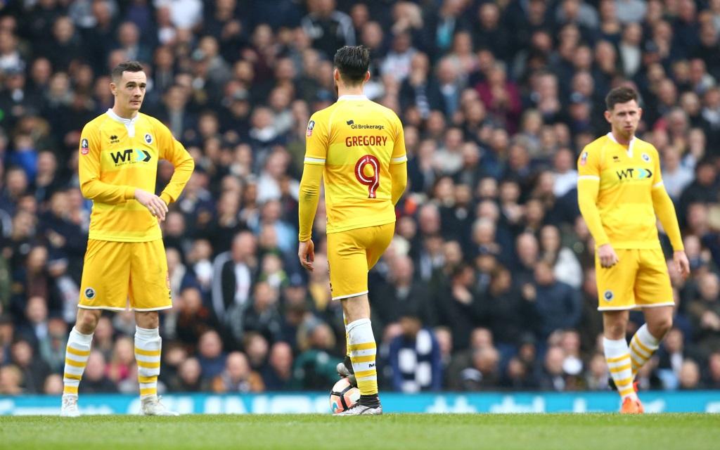 Lee Gregory (Mi.) im FA Cup Spiel Tottenham Hotspur gegen FC Millwall in der Saison 2016/17.