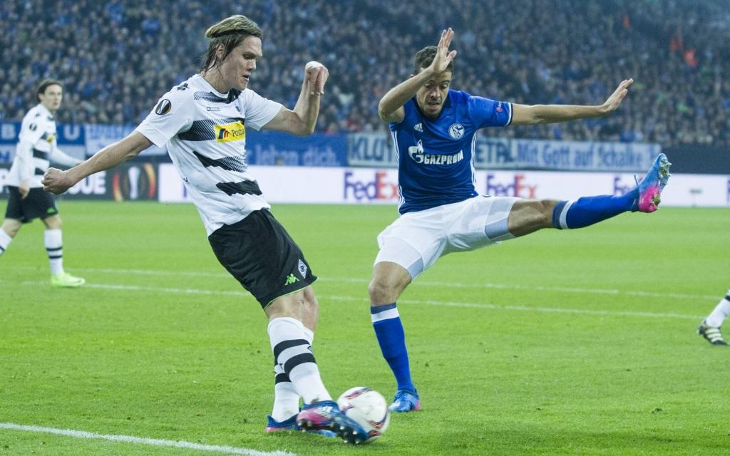 Jannik Vestergaard (li.) im Zweikampf mit Franco di Santo im Achtelfinal-Hinspiel der Europa League zwischen Schalke und Mönchengladbach in der Saison 2016/17.