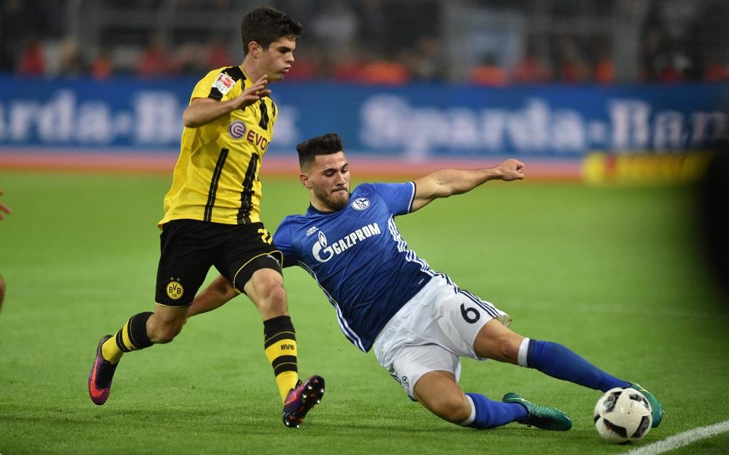 Sead Kolasinac mit einer Grätsche gegen Christian Pulisic im Bundesliga-Spiel Borussia Dortmund - FC Schalke in der Saison 2016/17.