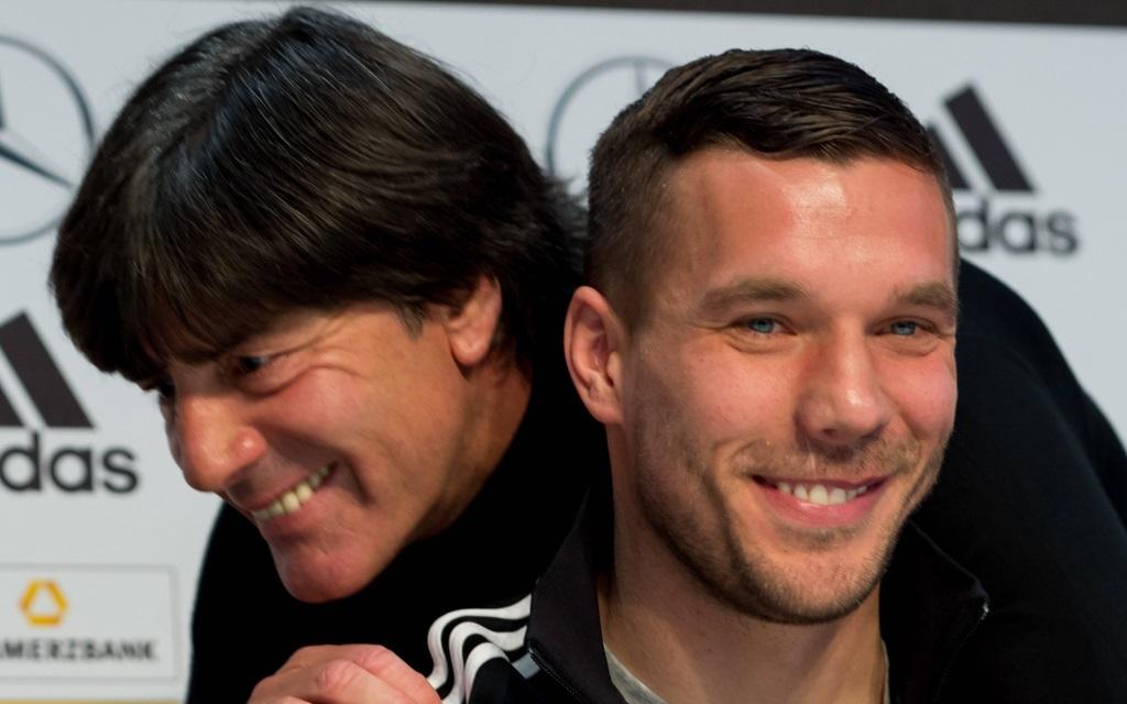 Lukas Podolski (li) und Bundestrainer Joachim Löw auf der Pressekonferenz zum Freundschaftsspiel Deutschland - England.