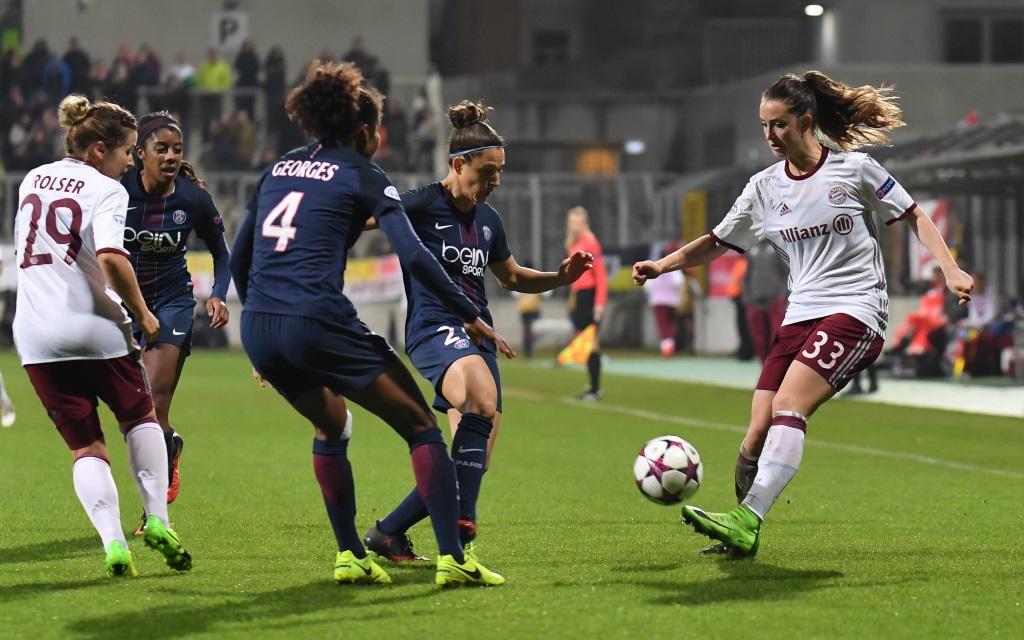 Sara Däbritz behauptet den Ball im Spiel der Women's Champions League FC Bayern - Paris St. Germain.