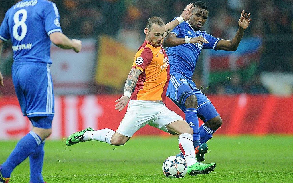 Imago/Ulmer | Wesley Sneijder und Samuel Eto'o fallen im direkten Duell aus.