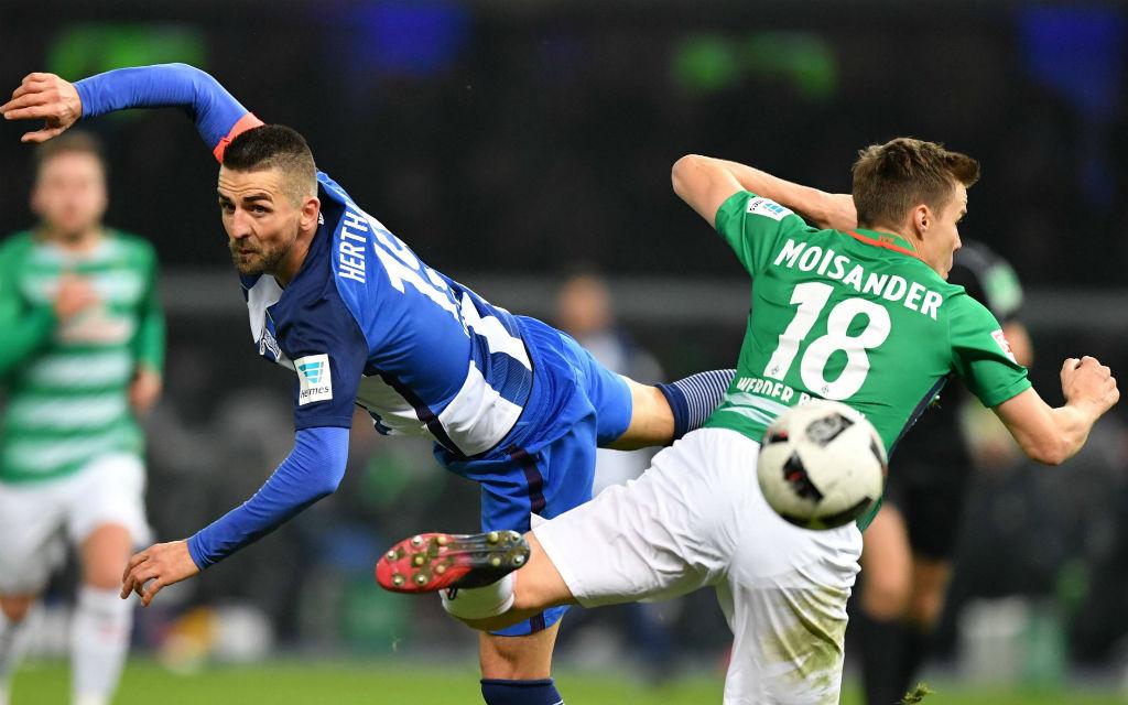 Ibisevic (l.) konnte sich noch so sehr strecken, Hertha verlor in der Hinrunde mit 0:1 gegen Werder. Wer schaffts nun in die Europa League?
