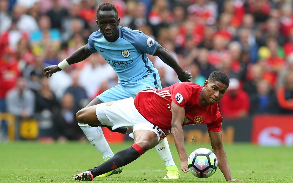 Bacary Sagna bedrängt Marcus Rashford im Premier-Leauge-Spiel Manchester United - Manchester City.