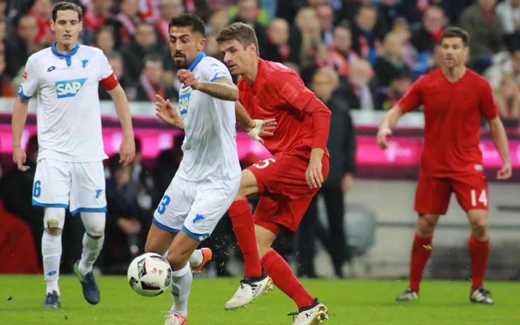 Thomas Müller bedrängt Kerem Demirbay im Spiel FC Bayern gegen TSG Hoffenheim in der Saison 2016/17