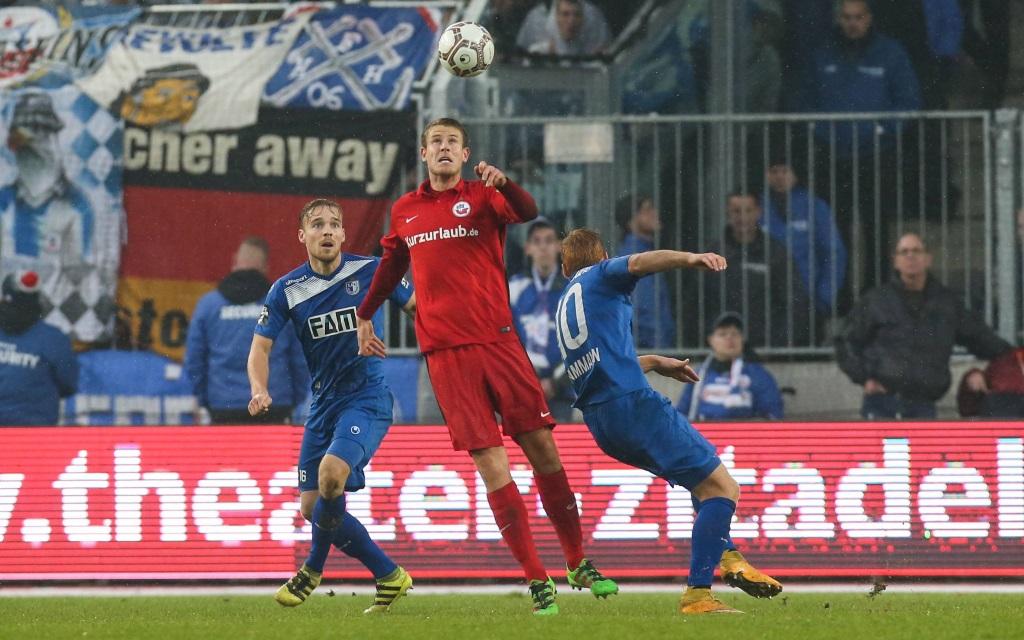 Tommy Grupe beim Kopfball im Spiel 1.FC Magdeburg - Hansa Rostock in der Saison 2016/17.