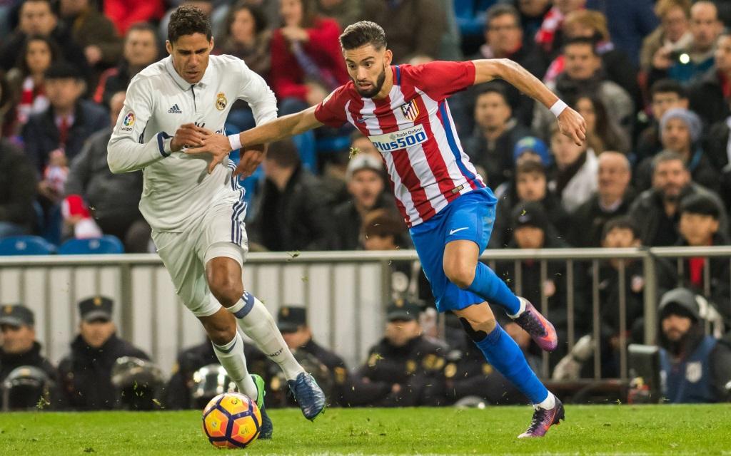 Raphael Varane kämpft mit Yannick Carrasco um den Ball im Spiel Atletico - Real Madrid in der Saison 2016/17