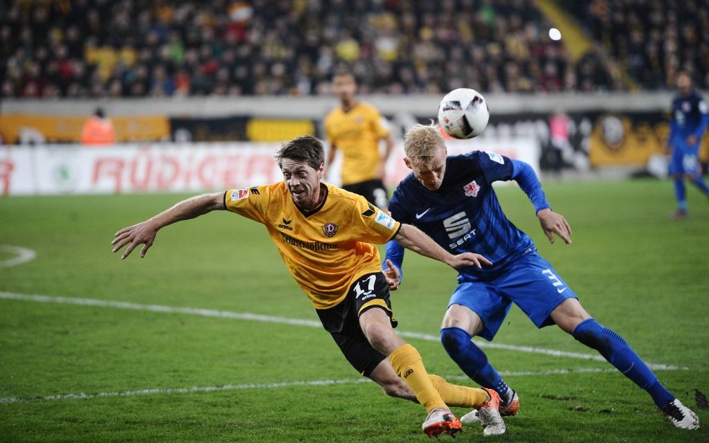 Andreas Lamberts kämpft mit Saulo Igor Decarli um den Ball im Spiel Dynamo Dresden - Eintracht Braunschweig in der Saison 2016/17.