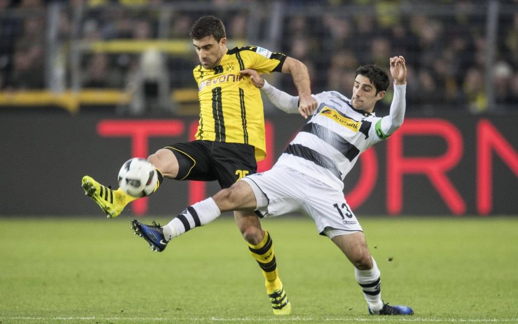 Sokratis im Zweikampf mit Lars Stindl im Spiel Borussia Dortmund - Borussia Mönchengladbach in der Saison 2016/17.