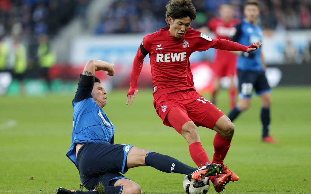 Niklas Süle grätscht Yuya Osako ab im Spiel TSG Hoffenheim - 1.FC Köln in der Saison 2016/17
