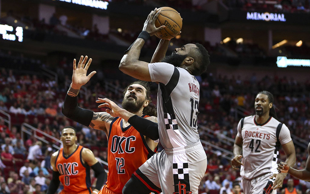 Houston Harden im Duell mit Thunder-Center Adams