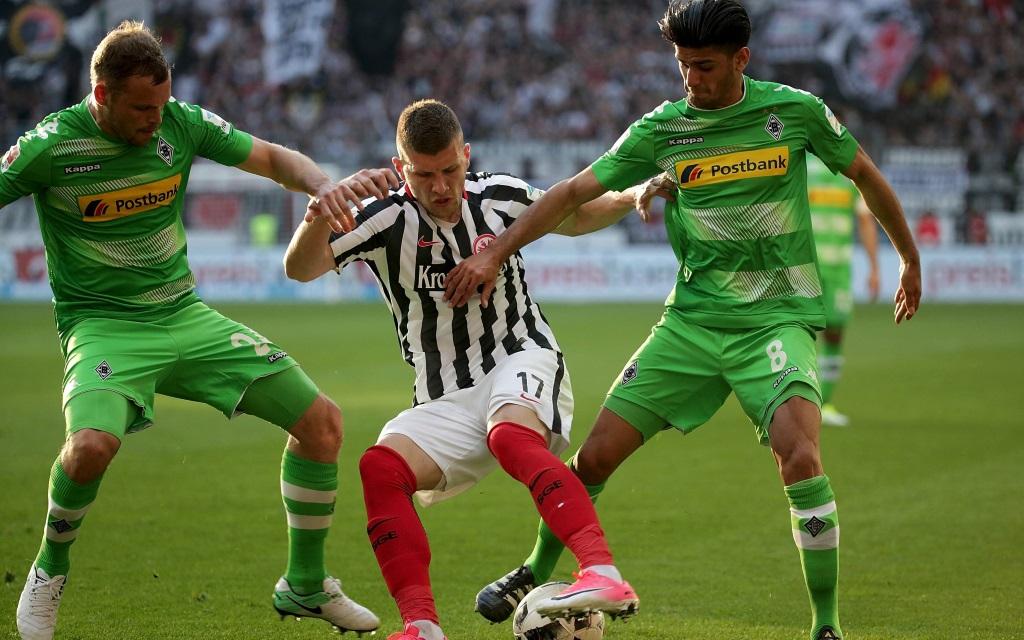 Ante Rebic wird von Tony Jantschke und Mo Dahoud bedrängt im Ligaspiel Eintracht Frankfurt gegen Mönchengladbach.