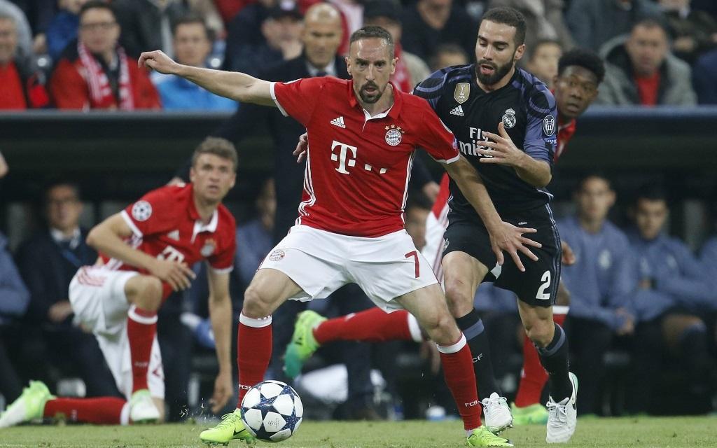 Franck Ribery (li.) im Zweikampf mit Daniel Carvajal im Spiel FC Bayern München - Real Madrid.