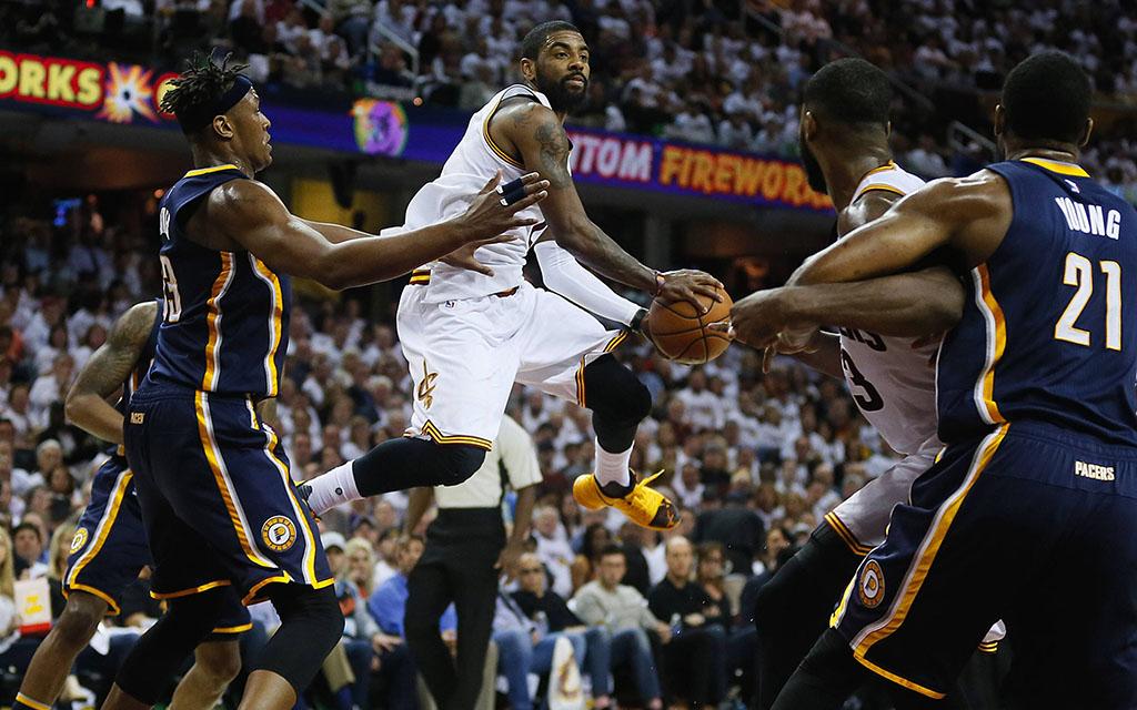 Cavaliers Star-Point-Guard Irving im Zweikampf mit Nachwuchstalent Turner von den Indiana Pacers