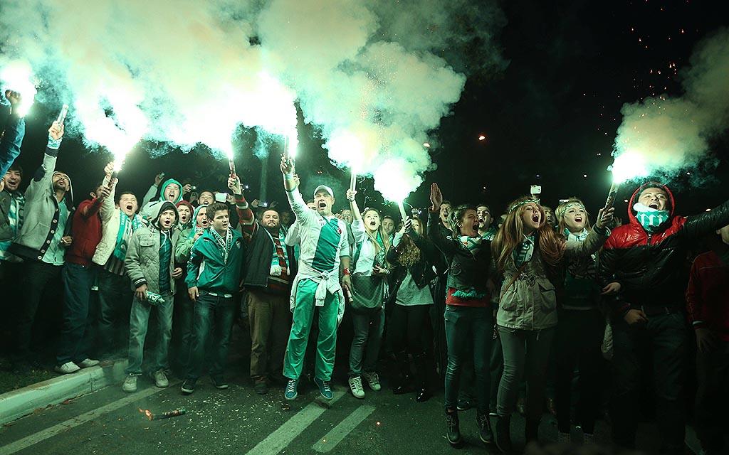 Bengalisches Feuer: Die Fans von Bursaspor sind berühmt für ihre Emotionen.