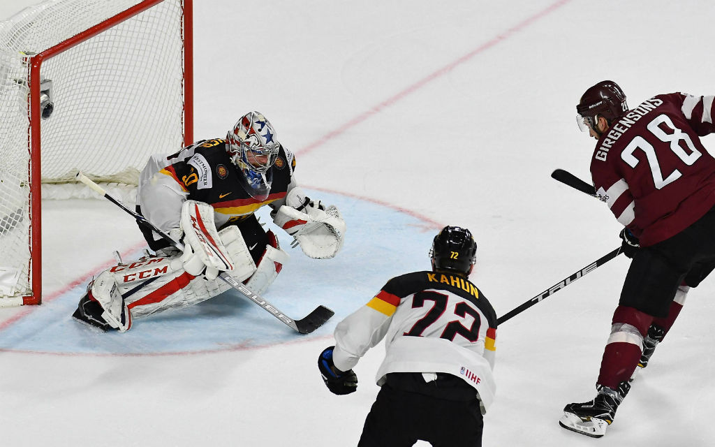 Deutschland mit Keeper Grubauer (l.) will im WM-Viertelfinale gegen Kanada für eine Überraschung sorgen.