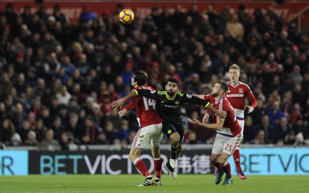Diego Coste setzt sich gegen Marten de Roon und Calum Chambers durch im Spiel FC Middlesbrough - FC Chelsea.