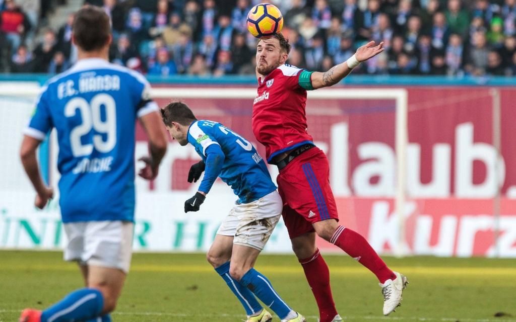 Rafael Czichos im Kopfballduell mit Stephan Andrist im Spiel Hansa Rostock - Holstein Kiel in der Saison 2016/17