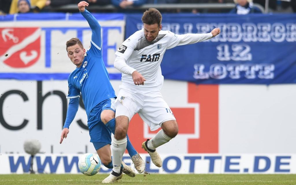 Moritz Heyer im Zweikampf mit Marius Sowislo im Spiel Sportfreunde Lotte - 1.FC Magdeburg in der Saison 2016/17.