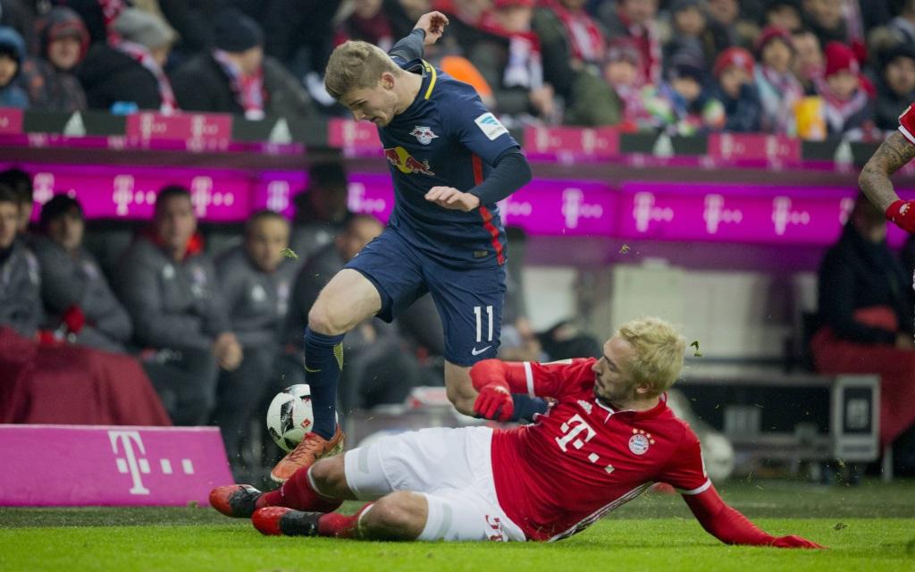 Mats Hummels mit einer Grätsche gegen Timo Werner im Bundesligaspiel Bayern München – RB Leipzig.