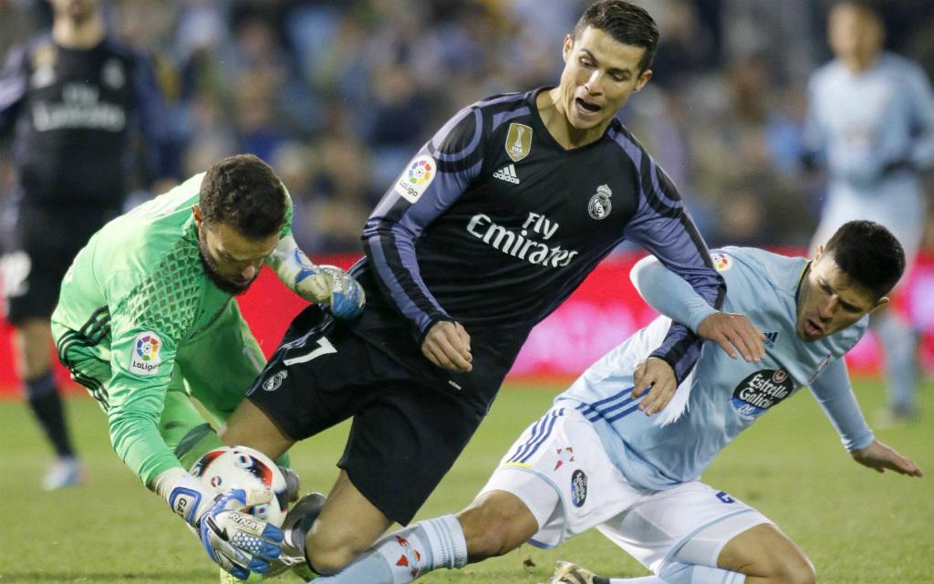 Imago/EFE: Im Pokal-Viertelfinale stoppten Celtas Alvarez (l.) und Roncaglia (r.) Superstar Ronaldo und Real Madrid. Und nun?