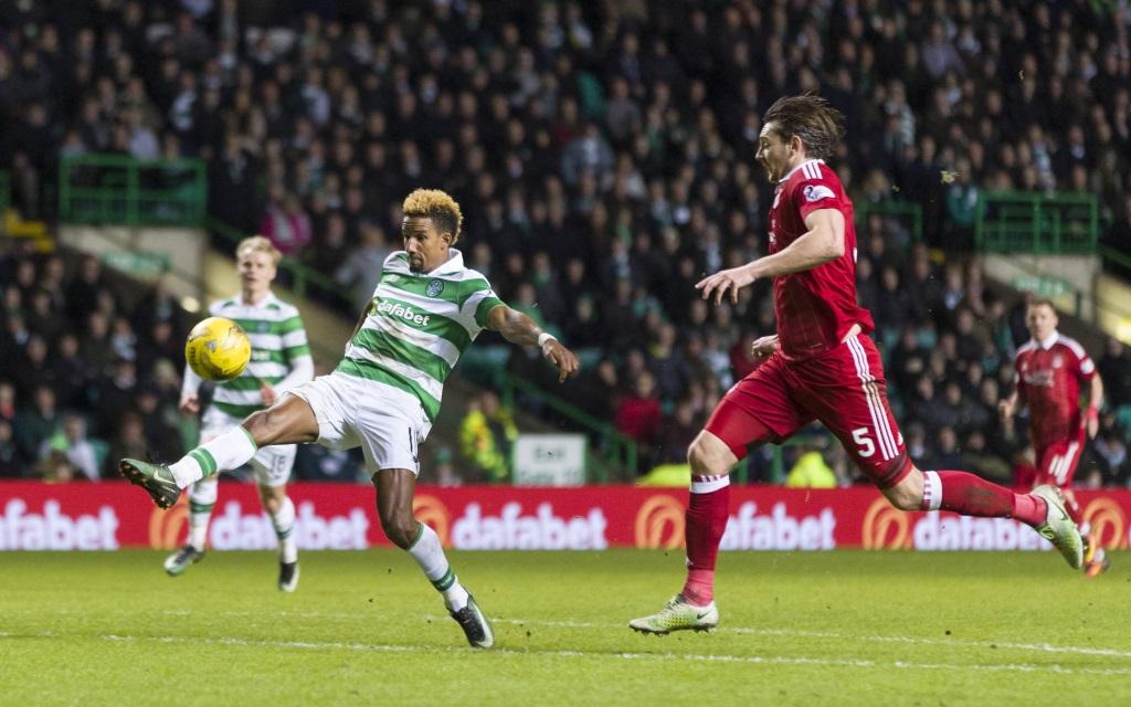 Scott Sinclair bei der Ballannahme im Spiel zwischen Celtic Glasgow und dem FC Aberdeen in der Saison 2016/17.