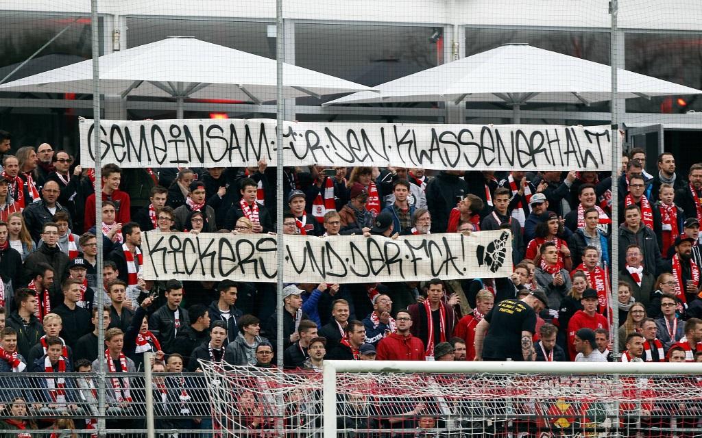 Würzburger Fans im Spiel zwischen den Würzburger Kickers und Hannover 96 in der Saison 2016/17.