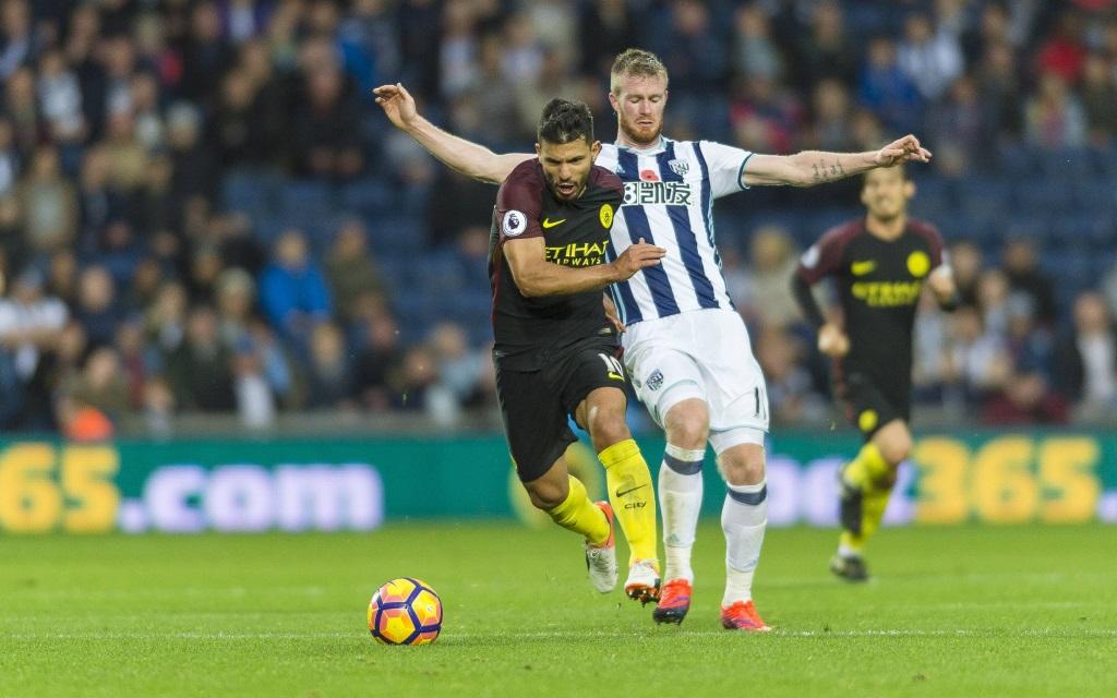 Sergio Agüero in Ballbesitzt gegen Chris Brunt im Spiel West Bromwich Albion - Manchester City in der Saison 2016/17.