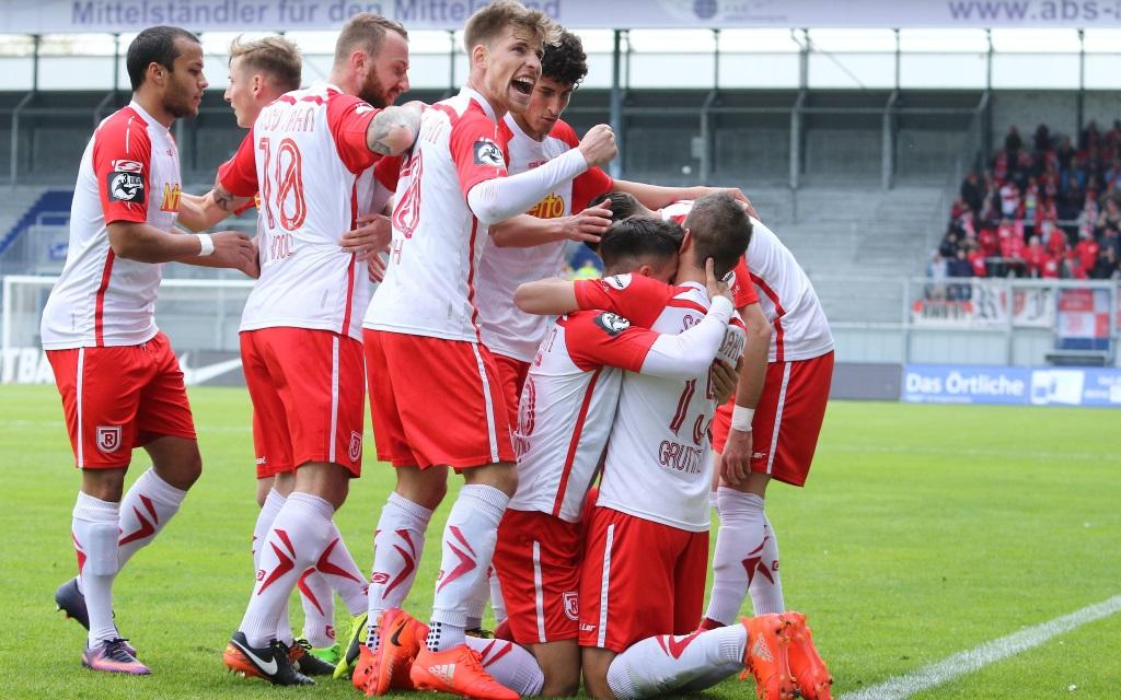 Jahn Regensburg feiert das Tor zum 1:0 gegen Wehen-Wiesbanden in der Saison 2016/17.