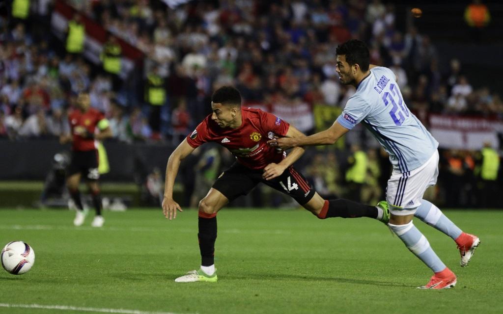 Jesse Lingaard behauptet den Ball gegen Gustavo Cabral im Spiel Celta Vigo - Manchester United in der Europa-League-Saison 2016/17.