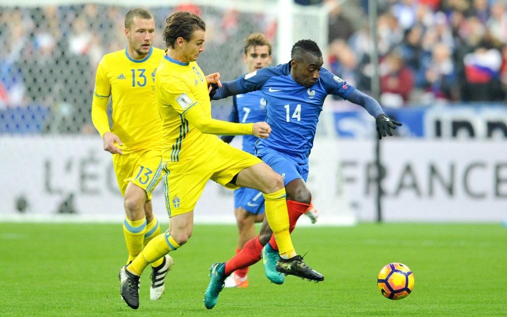 Schwedens Albin Ekdal attackiert Frankreichs Blaise Matuidi in der WM-Qualfifikation 2016/17