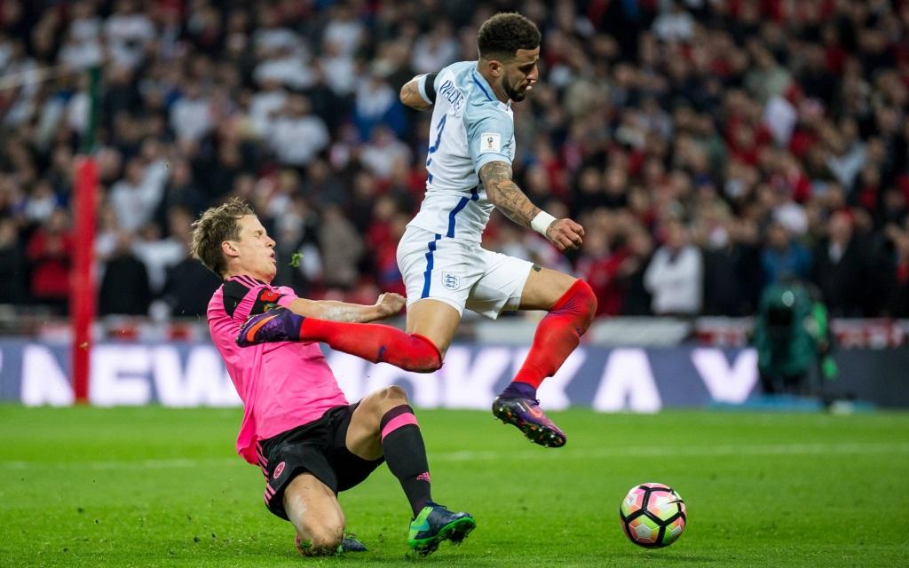 Kyla Walker (re.) im Zweikampf mit Christophe Berra im WM-Quali-Spiel England gegen Schottland in London.