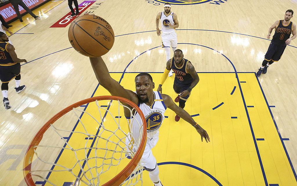 Superstar Durant (M.) auf freiem Weg zum Korb während Spiel 2 der NBA-Finals