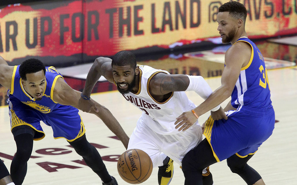 Die Superstars Kyrie Irving (M.) und Steph Curry (r.) im Duell