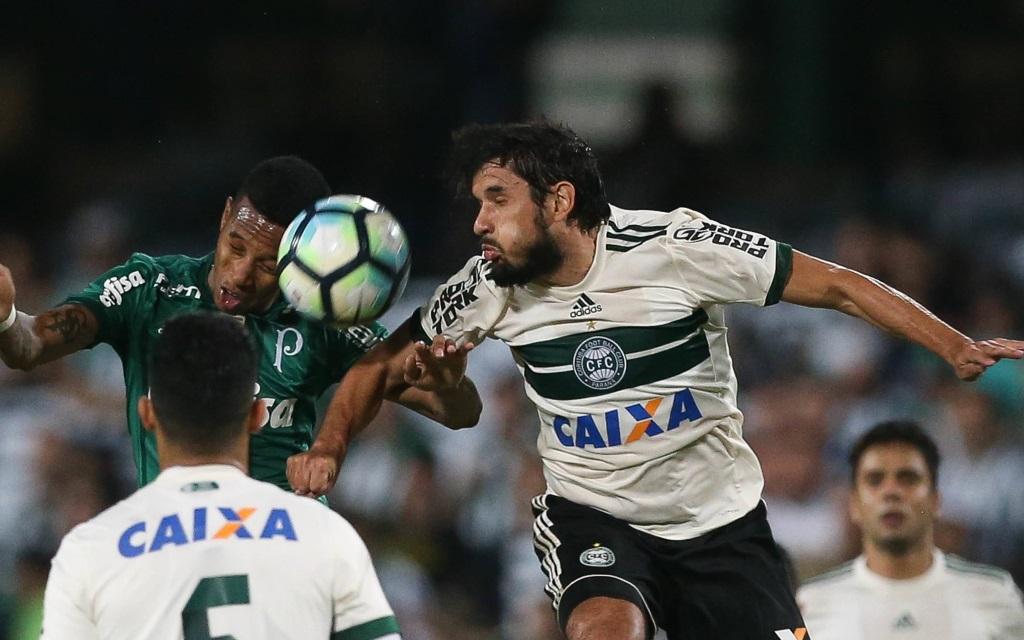 Tiago Real im Zweikampf mit Tche Tche im Ligaspiel Coritiba - Palmeiras.