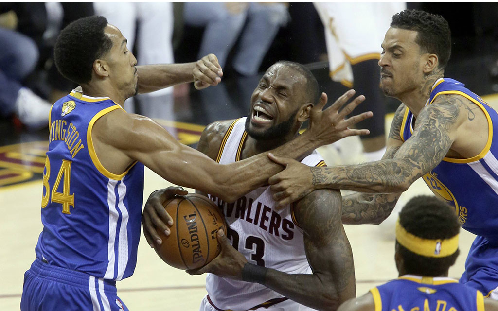 LeBron Jame umringt von der Defense der Warriors
