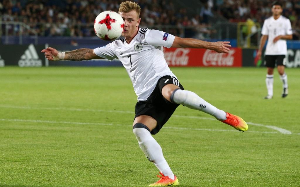 Max Meyer beim Schussversuch bei der U21-Europameisterschaft gegen Italien.