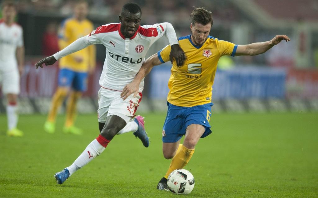 Ilhas Bebou und Quirin Moll kämpfen um den Ball im Ligaspile Fortuna Düsseldorf - Eintrach Braunschweig in der Saison 2016/17