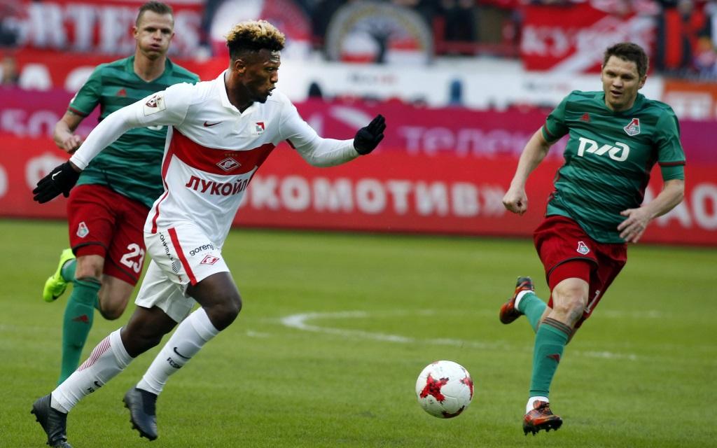 Ze Luis von Spartak Moskau behauptet den Ball gegen Lokomotive.